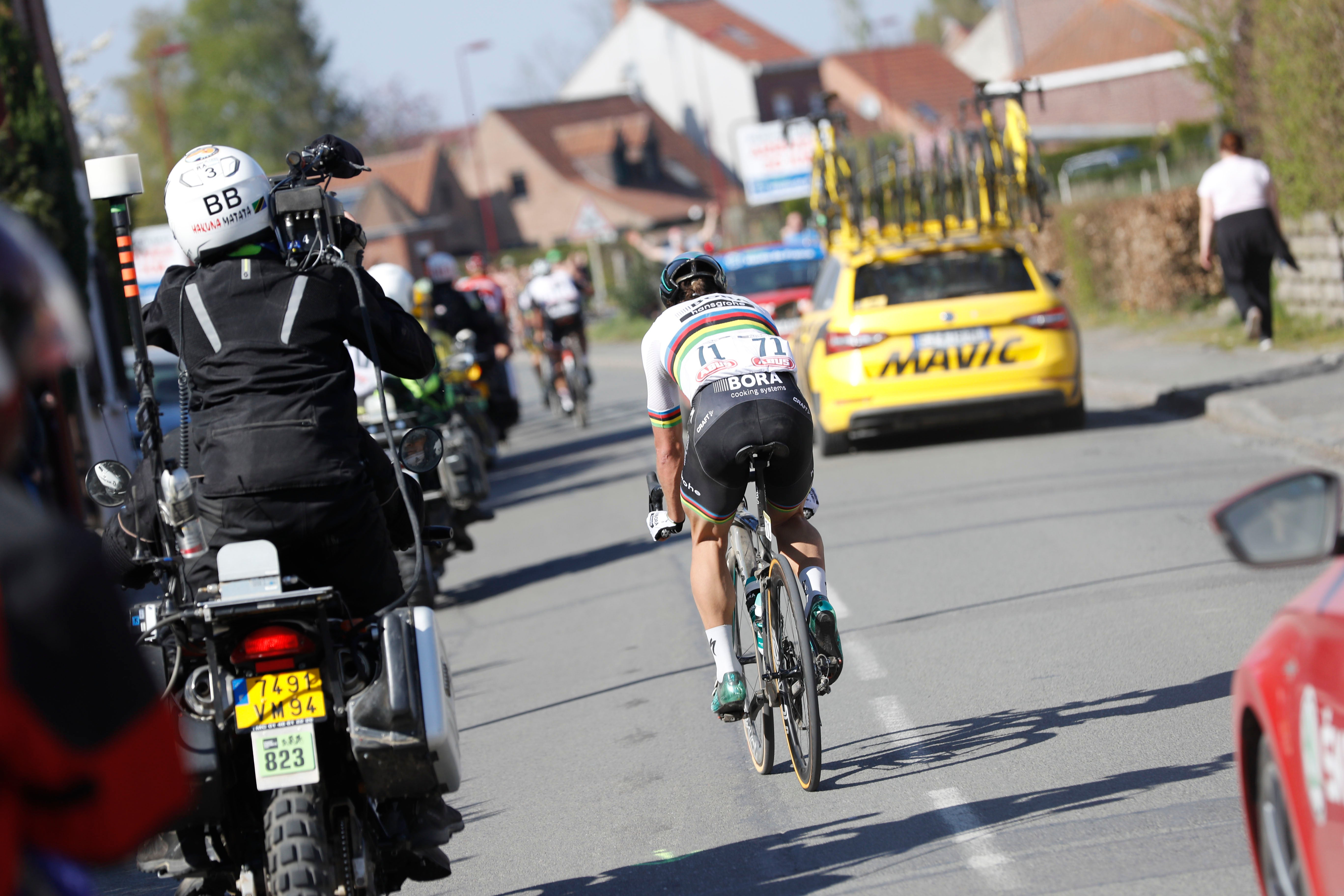 After decisive attacks, with 77km and 34km to go, Peter Sagan suffered flat tires that killed his chances of victory.