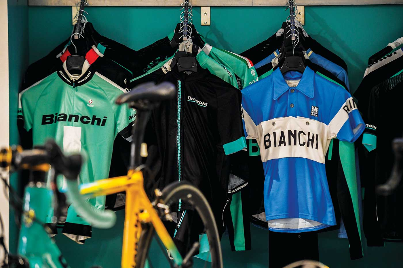 Deus cycleworks caf and bianchi bike store milano for Shop milano